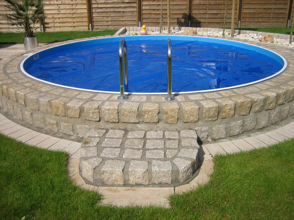 Runder Pool mit Natursteineinfassung