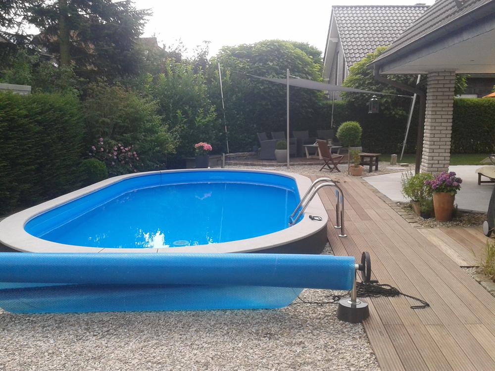Schwimmbecken mit Abdeckung gegen Unrat